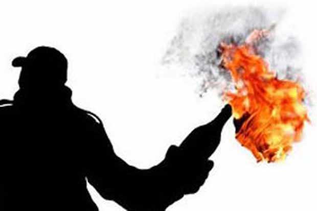 https: img.okezone.com content 2019 08 21 337 2094897 kantornya-di-lempar-bom-molotov-partai-golkar-lapor-ke-polisi-rYotwwV5PH.jpg