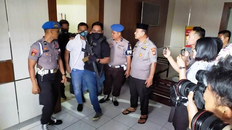 https: img.okezone.com content 2019 08 21 609 2094857 polisi-ogah-rehabilitasi-anggota-dprd-makassar-yang-konsumsi-sabu-V9MBMT9YWc.jpg