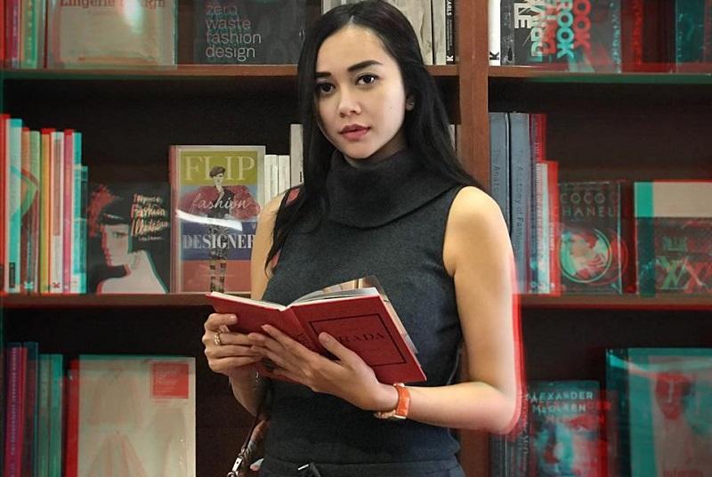 https: img.okezone.com content 2019 08 22 33 2095134 aura-kasih-ingin-penjarakan-kritikus-film-gara-gara-cuitan-pabrik-susu-Q0wGUGrrGr.jpg