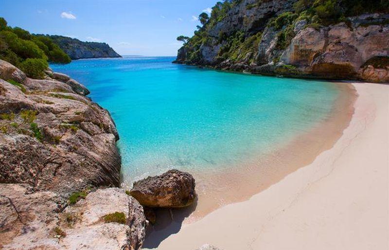 https: img.okezone.com content 2019 08 22 406 2095103 pulau-menorca-surga-tersembunyi-di-spanyol-yang-miliki-pantai-sejernih-kristal-vcOfcu1y6m.jpg