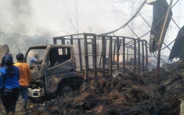 https: img.okezone.com content 2019 08 22 525 2095343 kebakaran-pabrik-ijuk-di-cianjur-3-rumah-bengkel-ikut-terbakar-qCP9MXYlpP.JPG