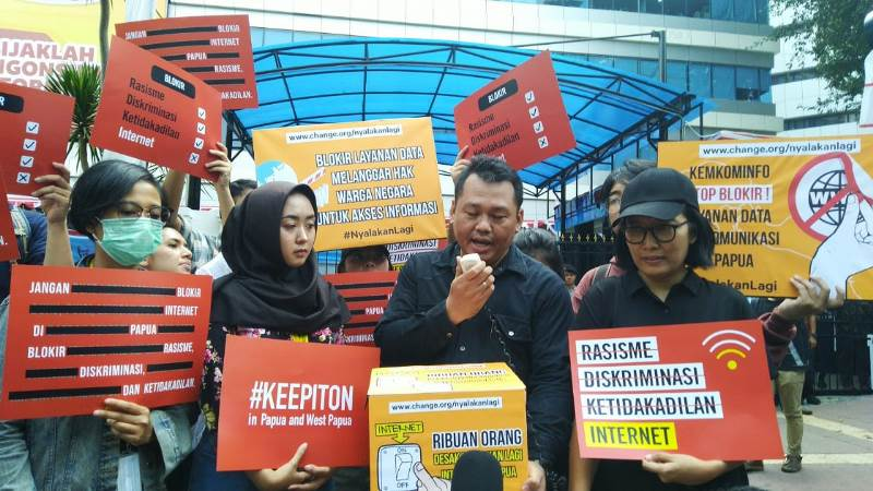 https: img.okezone.com content 2019 08 23 54 2095769 pemerintah-diminta-cabut-pemblokiran-internet-di-papua-dan-papua-barat-0fkAreoyqN.jpg