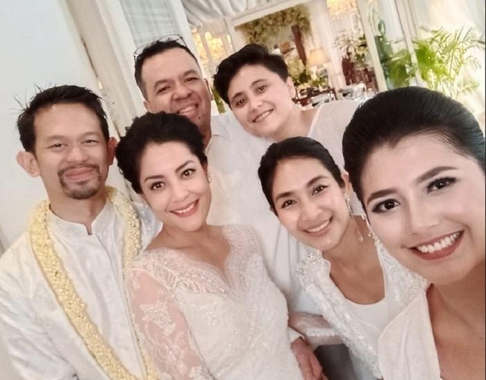 https: img.okezone.com content 2019 08 25 194 2096459 resmi-menikah-intip-cantiknya-lulu-tobing-dengan-kebaya-bernuansa-putih-iJf6ZbN0c9.jpg