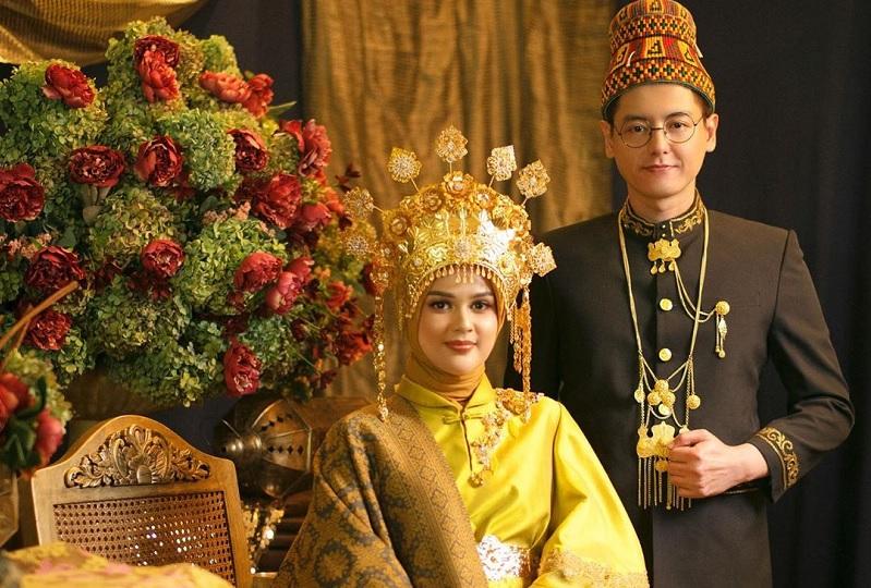 https: img.okezone.com content 2019 08 25 33 2096483 surat-ar-rahman-hadiah-pernikahan-roger-danuarta-untuk-cut-meyriska-YhSNx6Z7u6.jpg