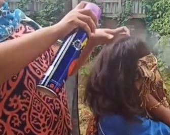 https: img.okezone.com content 2019 08 25 338 2096299 viral-wanita-ini-basmi-kutu-rambut-pakai-obat-nyamuk-semprot-2Nne76A2IG.JPG
