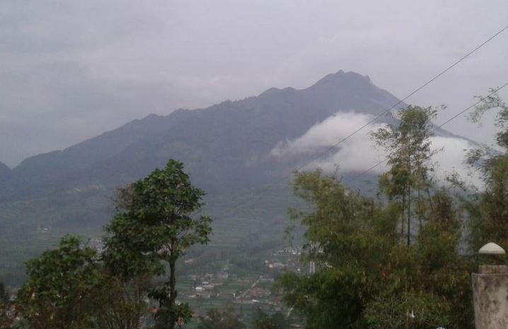 https: img.okezone.com content 2019 08 25 510 2096304 gunung-merapi-muntahkan-guguran-lava-sejauh-500-meter-aGPW7HhbzV.JPG