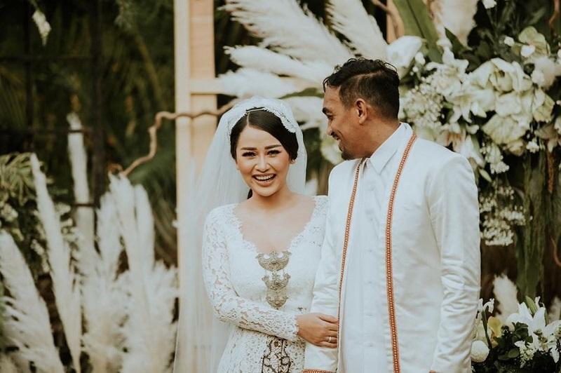 https: img.okezone.com content 2019 08 26 33 2096668 akhirnya-glenn-fredly-rilis-foto-pernikahan-dengan-mutia-ayu-XnOG26DAbJ.jpg