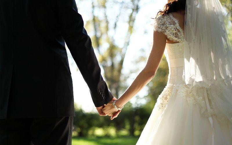 https: img.okezone.com content 2019 08 27 196 2097212 viral-pasangan-berikan-peralatan-p3k-sebagai-souvenir-pernikahan-MU2rZqP0Ho.jpg