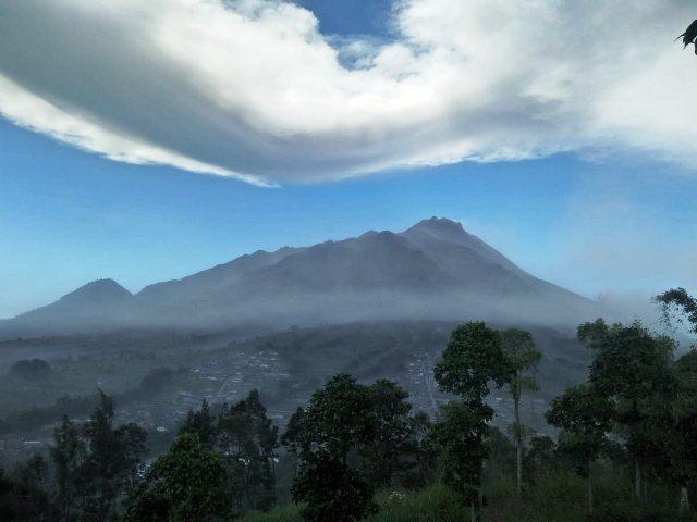https: img.okezone.com content 2019 08 27 510 2097456 gunung-merapi-muntahkan-awan-panas-sejauh-2-km-masyarakat-diminta-tenang-XghZVn048O.jpg