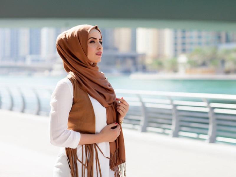 https: img.okezone.com content 2019 08 27 617 2097409 7-tips-tampil-fashionable-untuk-traveler-muslim-liburan-makin-kece-HMI4H8uH85.jpg
