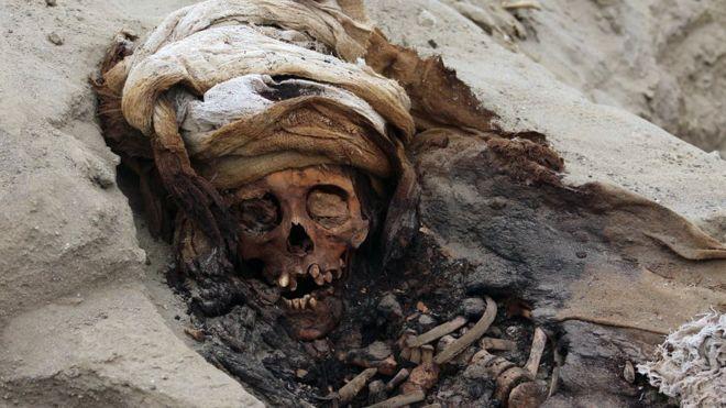 https: img.okezone.com content 2019 08 28 18 2097812 makam-kuno-berisi-mayat-200-anak-ditemukan-di-dekat-ibu-kota-peru-0wmmX5xaDw.jpg