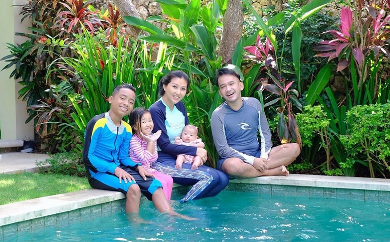 https: img.okezone.com content 2019 08 28 196 2097732 5-momen-ruben-onsu-main-bareng-2-putri-cantik-dan-anak-angkatnya-M89KCLEV23.jpg