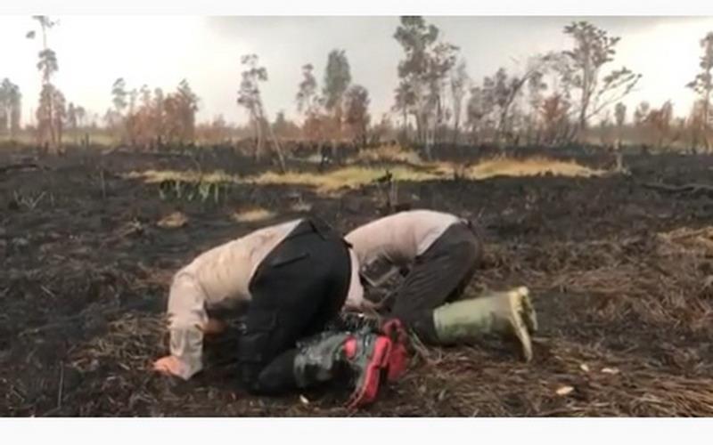 https: img.okezone.com content 2019 08 28 340 2097632 viral-2-polisi-sujud-di-lahan-bekas-kebakaran-usai-turun-hujan-YQapfGIIJs.jpg