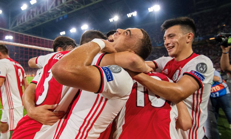 https: img.okezone.com content 2019 08 29 261 2097939 hajar-apoel-2-0-ajax-lolos-ke-fase-grup-liga-champions-2019-2020-aKC3ynC3SK.jpg