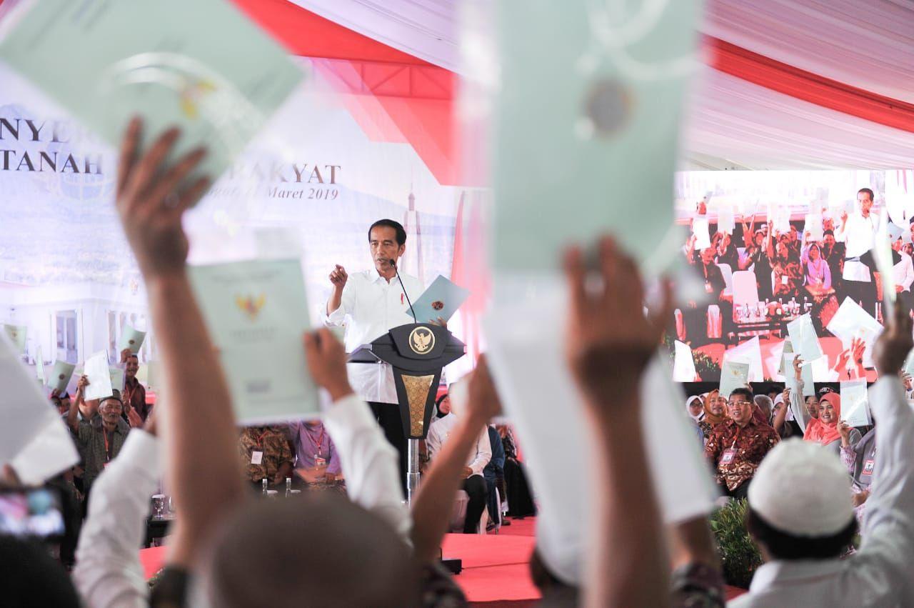 https: img.okezone.com content 2019 08 29 512 2098364 jokowi-targetkan-2025-seluruh-tanah-di-indonesia-bersertifikat-vmMu71c3kG.jpg