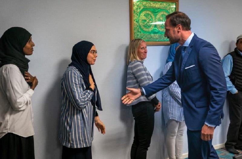 https: img.okezone.com content 2019 08 29 614 2098257 3-muslimah-tolak-jabat-tangan-putra-mahkota-norwegia-takmir-masjid-minta-maaf-diMylFTWBV.jpg