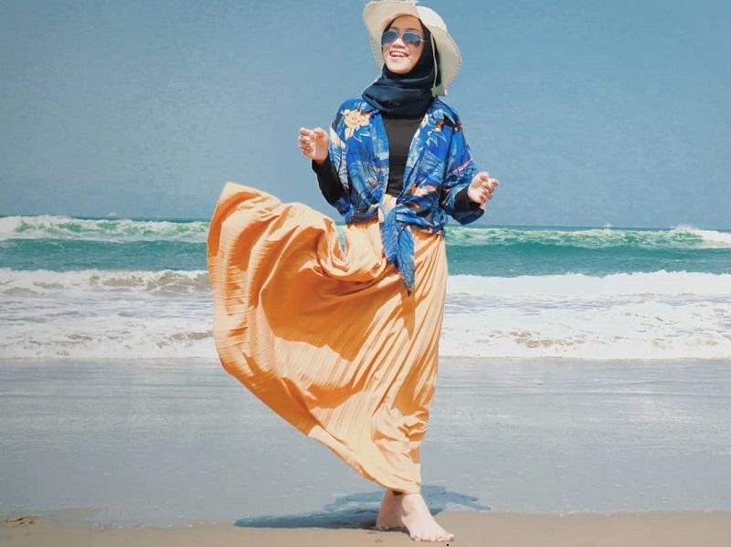 https: img.okezone.com content 2019 08 30 617 2098822 5-ide-outfit-hijab-liburan-ke-pantai-ala-selebgram-simpel-dan-nyaman-4BaYBFBnLX.jpg