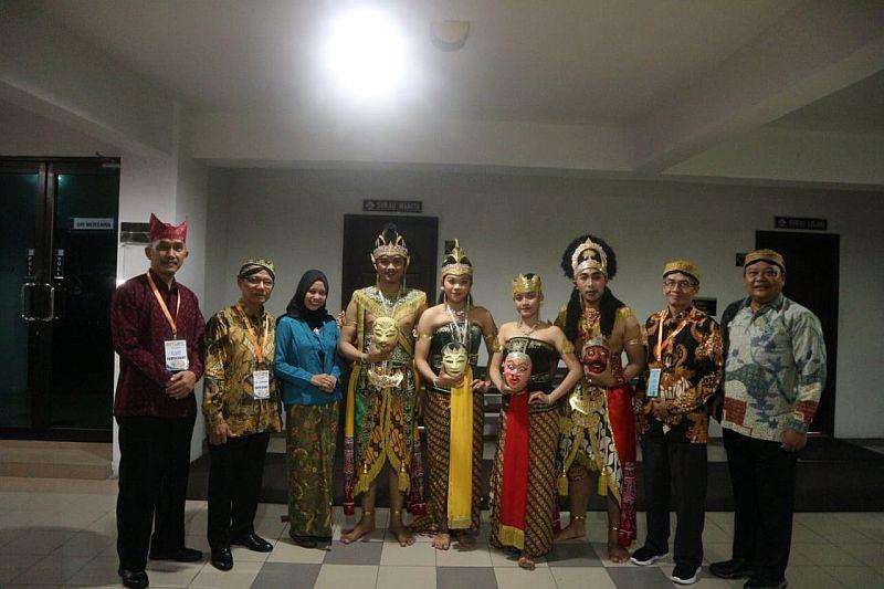 https: img.okezone.com content 2019 08 30 65 2098495 delegasi-fib-uns-raih-penampil-budaya-terbaik-di-malaysia-VkxP2v2bjC.jpg