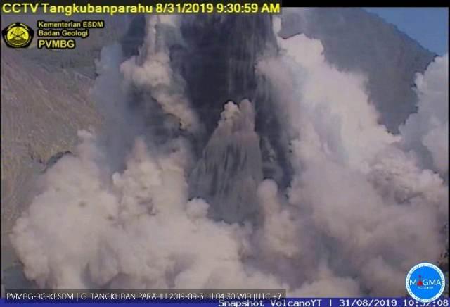 https: img.okezone.com content 2019 08 31 525 2098954 tangkuban-parahu-erupsi-kolom-abu-capai-150-meter-Rj18MdjhvY.jpg