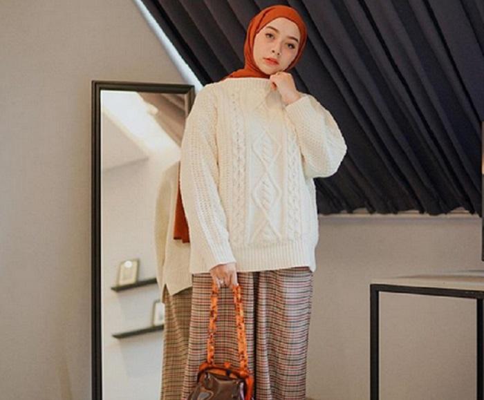 https: img.okezone.com content 2019 09 01 614 2099303 5-gaya-outfit-hijab-dengan-sweater-yang-bisa-kamu-contek-gr2ygtQSVe.jpg