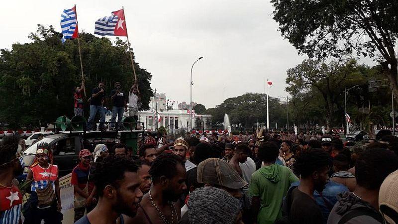 https: img.okezone.com content 2019 09 02 337 2099443 kronologi-penangkapan-8-orang-papua-terkait-pengibaran-bintang-kejora-di-depan-istana-pDQjKpM5ES.jpg