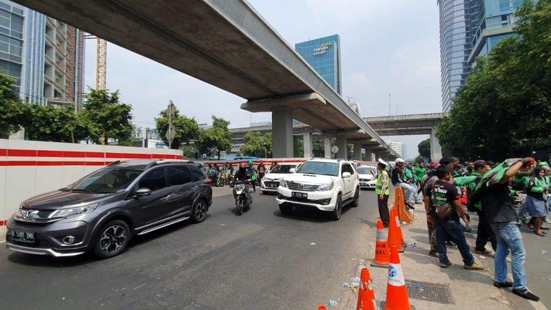 https: img.okezone.com content 2019 09 03 338 2100098 massa-driver-gojek-demo-kedubes-malaysia-lalin-jalan-rasuna-said-padat-7m7VMGTPS3.jpg