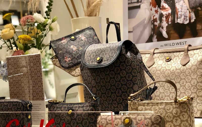 https: img.okezone.com content 2019 09 04 194 2100770 tak-terlalu-girly-begini-maksimalkan-tampilan-tas-dengan-all-pattern-floral-4xSQ8niPiH.jpeg