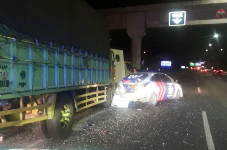 https: img.okezone.com content 2019 09 04 338 2100399 truk-tabrak-mobil-patroli-di-tol-ciledug-seorang-polisi-tewas-RZNEjh0yNM.JPG