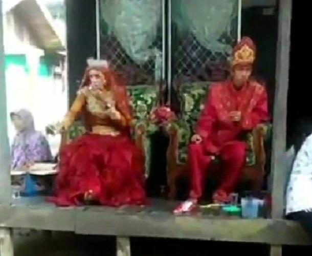 https: img.okezone.com content 2019 09 05 612 2101231 viral-video-pengantin-perempuan-lebih-garang-daripada-lakinya-KkZgwpbIIS.jpg