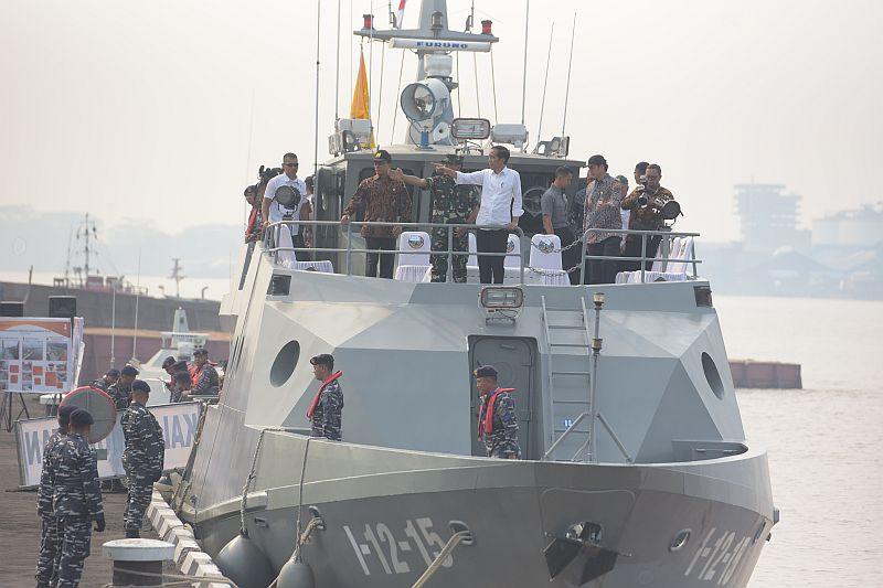 https: img.okezone.com content 2019 09 06 320 2101578 gaya-jokowi-dan-menteri-basuki-patroli-waterfront-city-n1EjQ9lY16.jpg