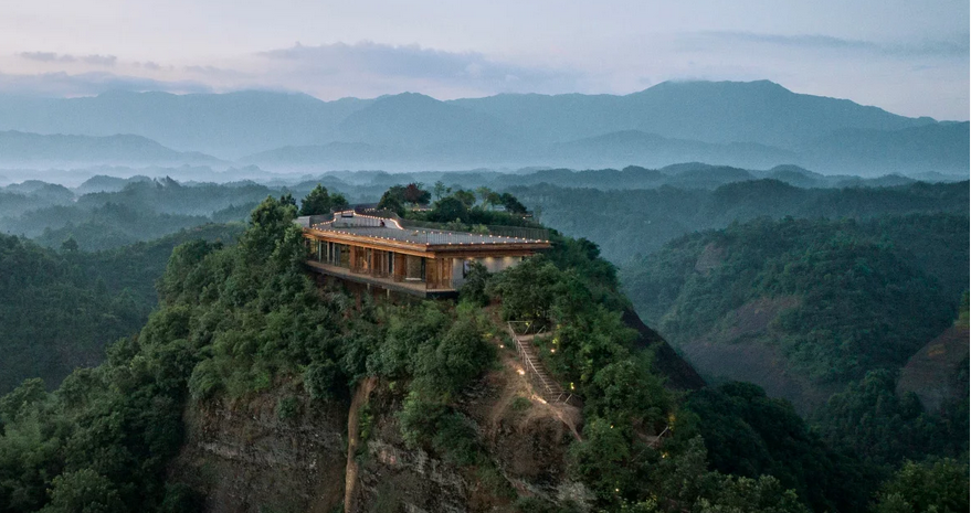 https: img.okezone.com content 2019 09 06 470 2101611 hotel-ini-lokasinya-di-puncak-gunung-pemandangannya-manjakkan-mata-XbXKYufiLU.png