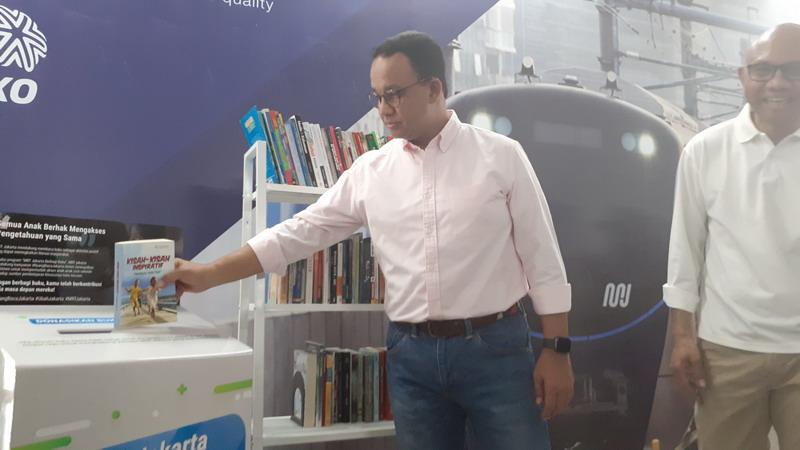 https: img.okezone.com content 2019 09 08 338 2102061 anies-dorong-minat-baca-warga-lewat-ruang-baca-buku-di-stasiun-mrt-GwqRTkHOFk.jpg