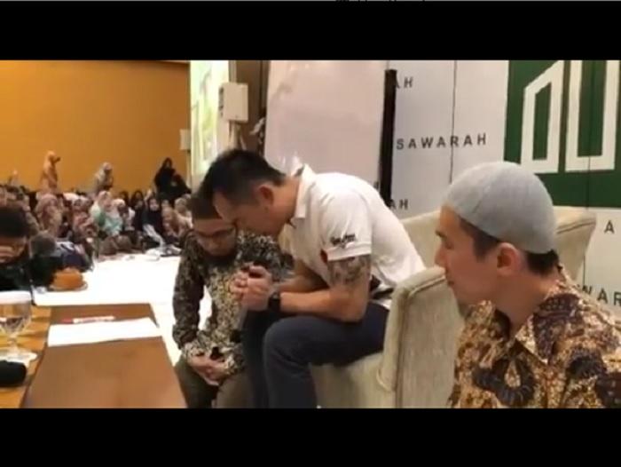https: img.okezone.com content 2019 09 08 614 2102055 kakak-kandung-felix-siauw-freddy-kini-mualaf-Hi29XFW2fa.jpg