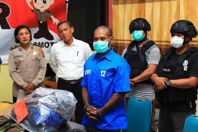 https: img.okezone.com content 2019 09 09 340 2102644 bawa-amunisi-sajam-pria-ini-ditangkap-di-pelabuhan-biak-papua-FINMvpBnOP.jpg