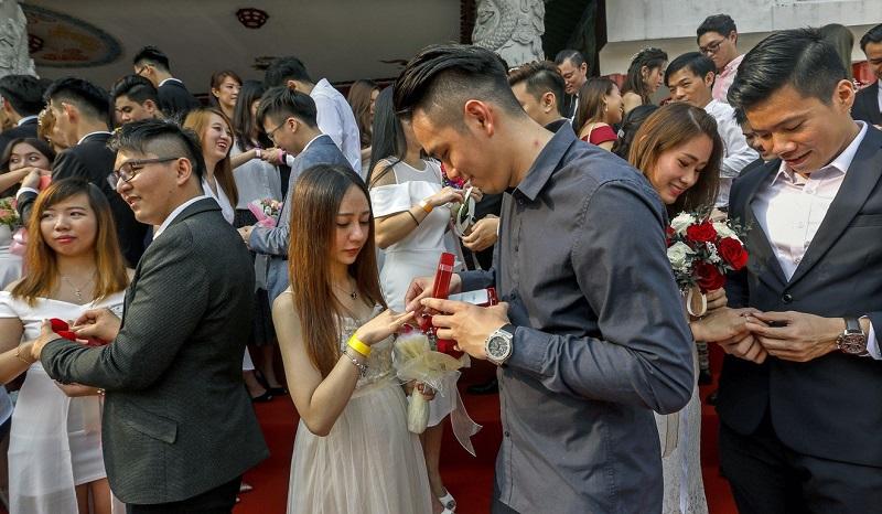 https: img.okezone.com content 2019 09 10 196 2102860 tanggal-cantik-9-9-2019-99-pasangan-nikah-massal-di-malaysia-bnOMQ59m0T.jpg