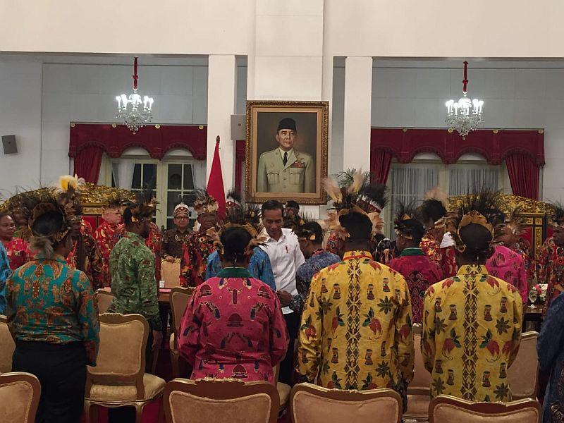 https: img.okezone.com content 2019 09 10 337 2102917 jokowi-akan-bangun-istana-kepresidenan-di-papua-Nk4iHsbsrv.jpg