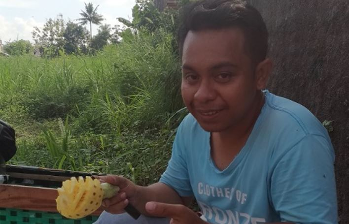 https: img.okezone.com content 2019 09 10 510 2102804 kisah-pemuda-asal-ntt-jualan-nanas-madu-demi-raih-gelar-sarjana-QI5VXUZvzP.JPG