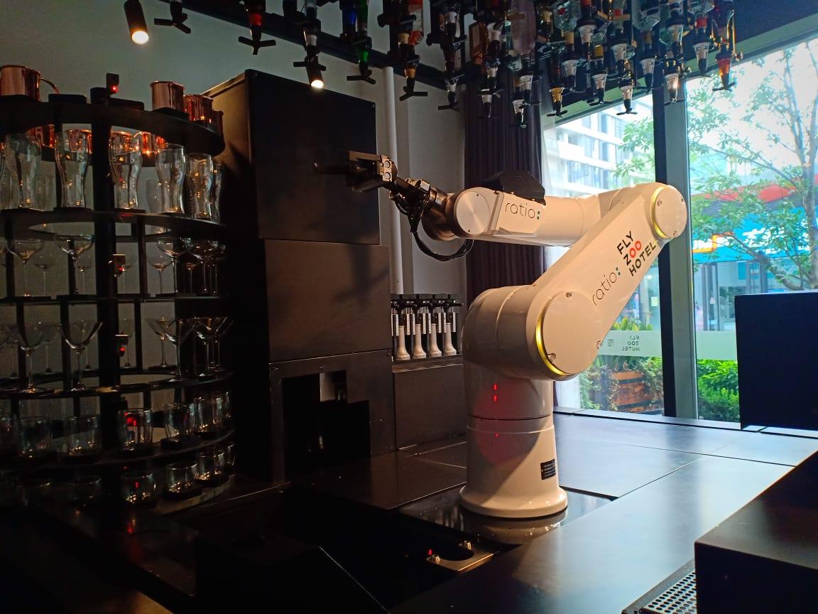 https: img.okezone.com content 2019 09 11 320 2103288 menyeruput-kopi-buatan-robot-aksinya-tak-kalah-jago-dari-barista-blDpWEbfEL.jpg