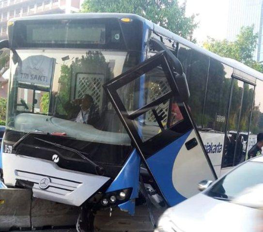 https: img.okezone.com content 2019 09 11 338 2103282 bus-transjakarta-hantam-separator-beton-di-jalan-s-parman-jakbar-rqSLtYlaSd.jpg