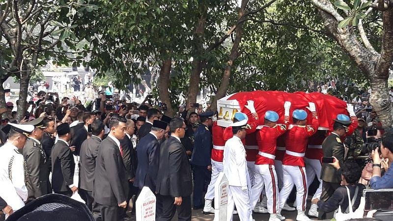 https: img.okezone.com content 2019 09 12 337 2103997 doa-menteri-agama-antarkan-pemakaman-bj-habibie-diU4LrPBxZ.jpg