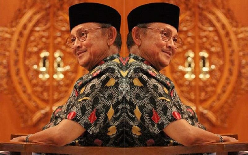 https: img.okezone.com content 2019 09 12 612 2103913 alasan-bj-habibie-dijuluki-mr-crack-yang-harumkan-bangsa-indonesia-Dd1LwAOm0t.jpg