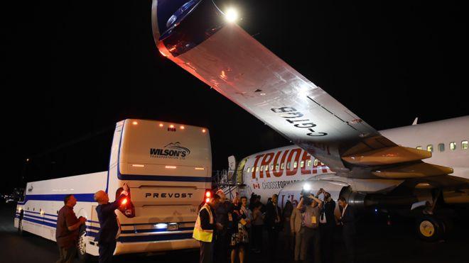 https: img.okezone.com content 2019 09 13 18 2104313 pesawat-kampanye-justin-trudeau-ditabrak-bus-media-di-bandara-K3kCPjZomk.jpg