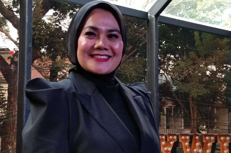 https: img.okezone.com content 2019 09 13 205 2104616 sarita-abdul-mukti-tumpahkan-isi-hati-ditinggal-suami-dalam-single-terbaru-Rie0VIuHe5.jpg