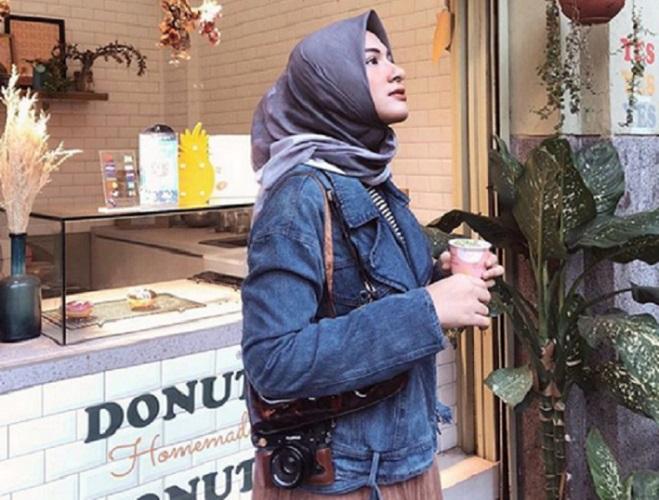 https: img.okezone.com content 2019 09 13 617 2104370 4-inspirasi-gaya-hijab-traveling-ala-bella-attamimi-yang-bikin-selfie-kamu-makin-trendi-yjeFQlB6kg.jpg