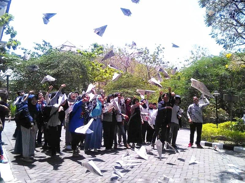 https: img.okezone.com content 2019 09 13 65 2104442 beri-penghormatan-terakhir-bj-habibie-mahasiswa-isi-terbangkan-pesawat-kertas-pBsFTS3sSQ.jpg