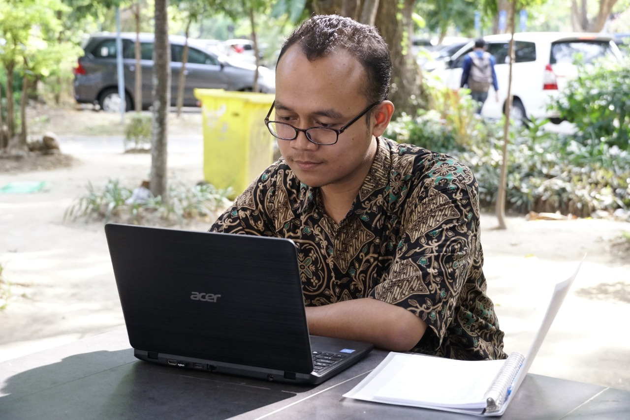 https: img.okezone.com content 2019 09 13 65 2104483 fachruddin-ari-jadi-wisudawan-termuda-its-di-usia-19-tahun-viUXPLZymQ.jpeg