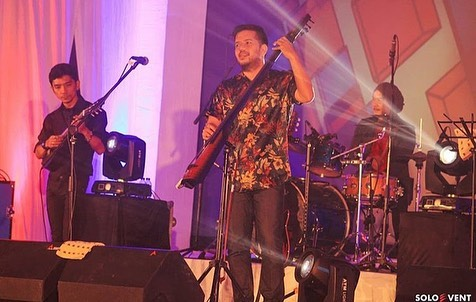 https: img.okezone.com content 2019 09 15 205 2105044 manggung-di-balkon-jazz-festival-payung-teduh-ajak-penonton-jajan-AaCnhr7n9f.jpg