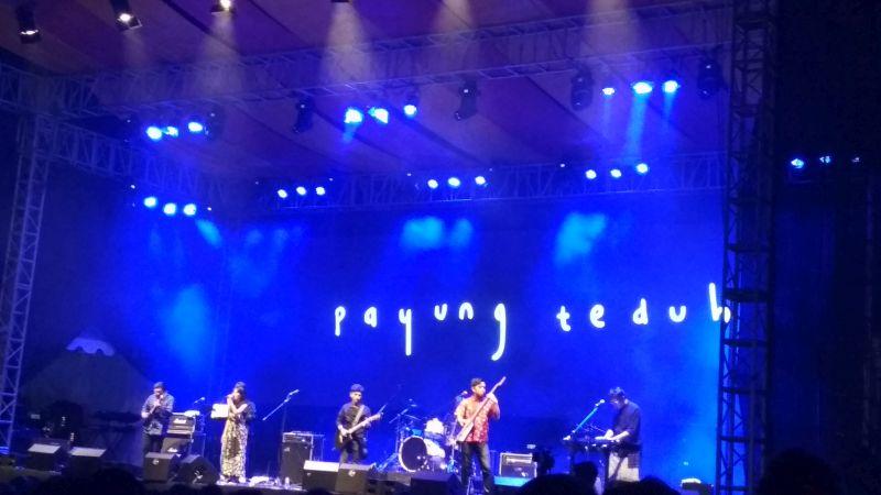https: img.okezone.com content 2019 09 15 205 2105050 batal-beri-kejutan-payung-teduh-tetap-hibur-penonton-balkon-jazz-festival-Xo7ZOCP3SC.jpg