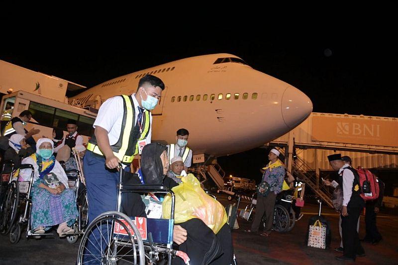https: img.okezone.com content 2019 09 15 340 2105084 kabut-asap-tebal-bikin-jamaah-haji-asal-kalbar-mendarat-bandara-soetta-oeqxNK9jGp.jpg