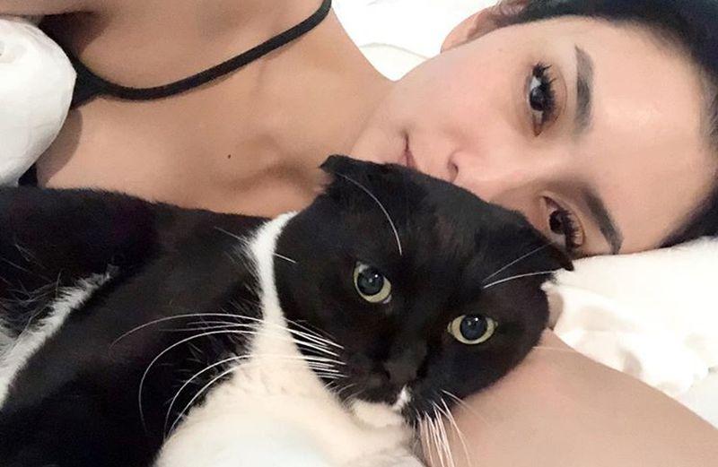 https: img.okezone.com content 2019 09 16 194 2105297 gaya-manja-tyas-mirasih-main-bareng-kucing-masih-tetap-seksi-D0jXRXvBsh.jpg